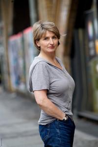 Gundi-Anna-Schick-graues-Tshirt