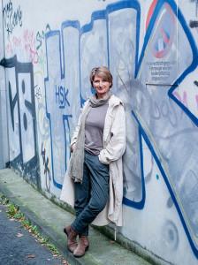 Gundi-Anna-Schick-vor-Graffiti